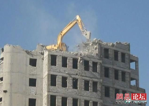 unusual_vision_China-Demolishing a building